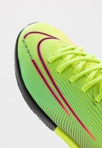 Nike Performance - MERCURIAL JR VAPOR 13 ACADEMY IC UNISEX - Halové fotbalové kopačky - lemon/black/aurora green - 2