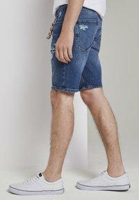 TOM TAILOR DENIM - MIT SCHLÜSSELAN - Denim shorts - random bleached  blue denim - 3