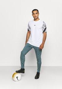 Nike Performance - FC PANT - Teplákové kalhoty - hasta/white - 1