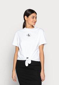 Calvin Klein Jeans - KNOTTED TEE - Triko spotiskem - white - 0