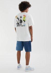 PULL&BEAR - MIT FARBLICH ABGESETZTEM TEXT - Print T-shirt - white - 2