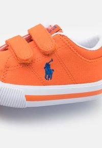 Polo Ralph Lauren - ELMWOOD UNISEX - Tenisky - orange/royal - 5