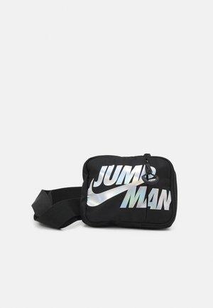 JUMPMAN BY HIP BAG - Marsupio - black/iridescent