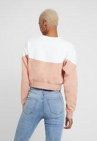 Nike Sportswear - W NSW HRTG CREW FLC - Sweatshirt - rose gold/sail/black - 2