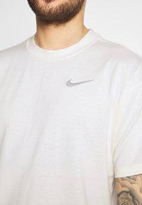 Nike Performance - TEE - T-shirt imprimé - pure - 5