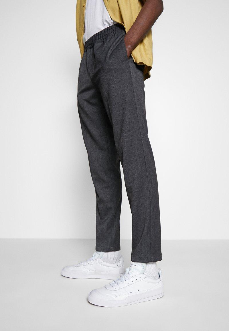 Nike Sportswear - DROP TYPE PRM - Sneakersy niskie - white/black