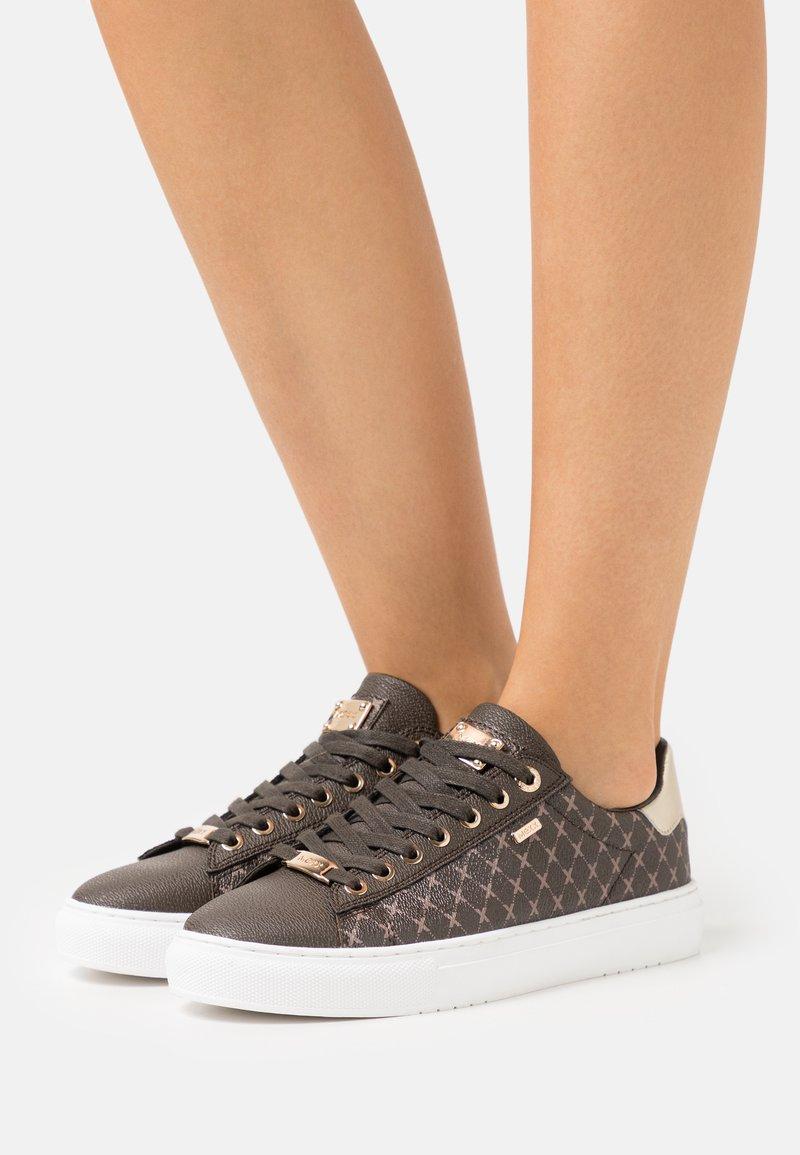 Mexx - CRISTA - Sneakers laag - dark brown