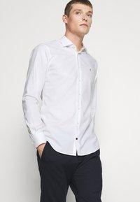 Tommy Hilfiger Tailored - DOBBY DESIGN CLASSIC - Formální košile - white - 4