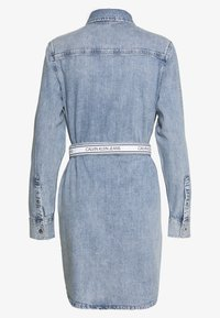 Calvin Klein Jeans - RELAXED SHIRT DRESS BELT - Spijkerjurk - light blue