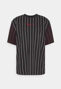 Karl Kani - UNISEX SMALL SIGNATURE PINSTRIPE TEE - T-shirt imprimé - black - 4