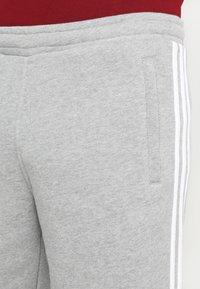 adidas Originals - 3-STRIPE UNISEX - Pantalon de survêtement - medium grey heather - 3
