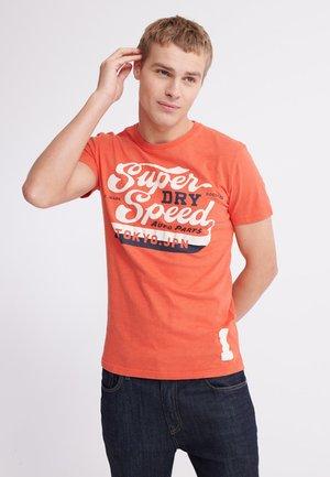 HIGHWAY - Print T-shirt - desert red