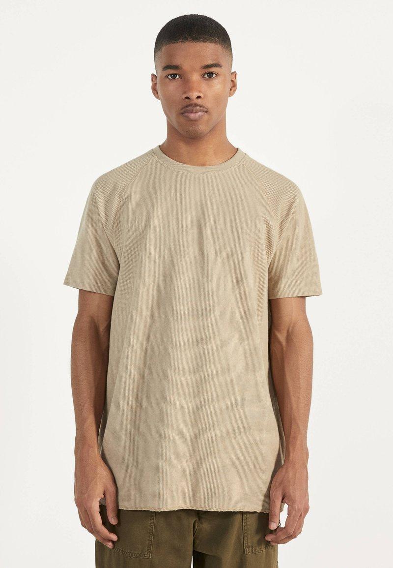 Bershka - MIT WAFFELGEWEBE - Basic T-shirt - beige