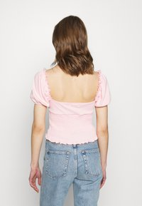 Glamorous - SMOCKED CROP WITH PUFF SHORT SLEEVES - Print T-shirt - baby pink - 2