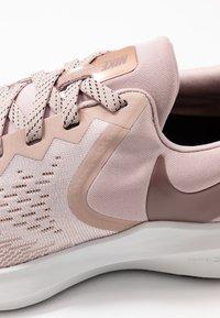 Nike Performance - ZOOM WINFLO - Neutrale løbesko - stone mauve/smokey mauve/barely rose/metallic red bronze/metallic silver/black - 5