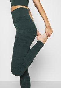 ONLY Play - ONPJAVO CAMO CIRCULAR - Legging - darkest spruce - 4