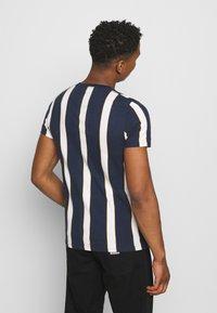 Hollister Co. - CREW STRIPES - T-shirt med print - navy vertical - 2