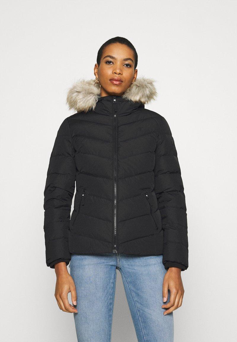 Calvin Klein Jeans - SHORT FITTED PUFFER - Dunjakke - black
