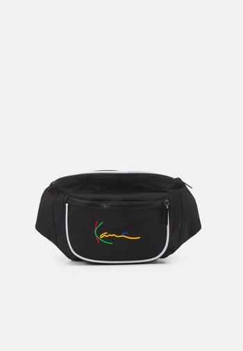 SIGNATURE TAPE WAIST BAG UNISEX