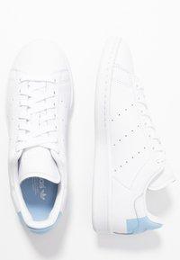 adidas Originals - STAN SMITH HEEL PATCH SHOES - Zapatillas - footwear white/glow blue - 3