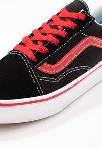 Vans - COMFYCUSH OLD SKOOL - Zapatillas - black/red - 2
