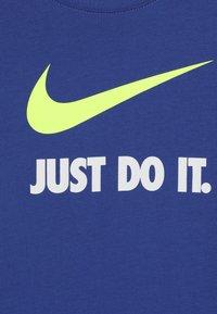 Nike Sportswear - Triko spotiskem - game royal/volt - 4