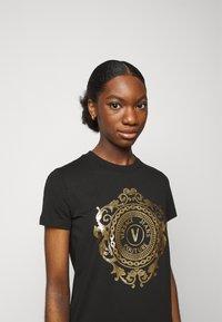 Versace Jeans Couture - Vestito di maglina - black-gold - 4