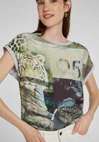 Oui - Print T-shirt - light grey green - 3