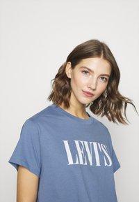 Levi's® - GRAPHIC VARSITY TEE - T-shirts med print - serif blue - 5