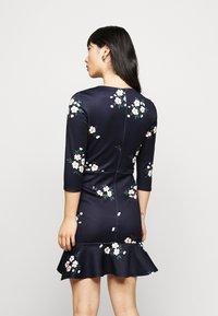 True Violet Petite - MINI DRESS WITH FRILL HEM - Vapaa-ajan mekko - navy floral - 2