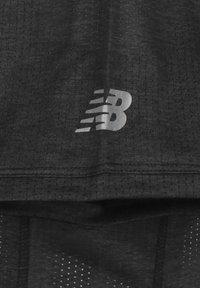 New Balance - NEW BALANCE PRINTED IMPACT LAUFSHIRT HERREN - T-shirt z nadrukiem - shiny black - 2
