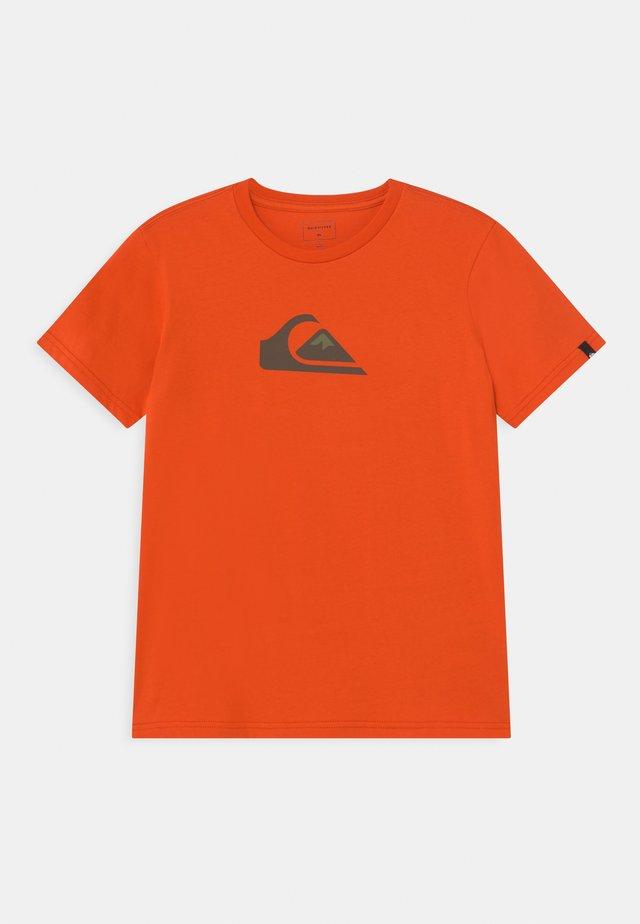 COMP LOGO  - Print T-shirt - pureed pumpkin