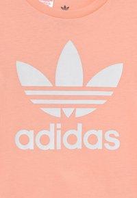 adidas Originals - TREFOIL TEE UNISEX - Print T-shirt - haze coral/white - 2