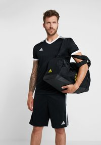 adidas Performance - MANCHESTER UNITED FC - Sportovní taška - black/solar grey/bright yellow - 1