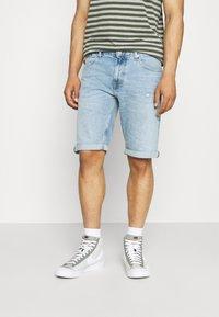 Tommy Jeans - RONNIE - Jeansshorts - light-blue denim - 0