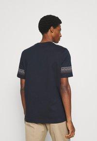 Lyle & Scott - FAIRISLE - T-shirt med print - dark navy - 2