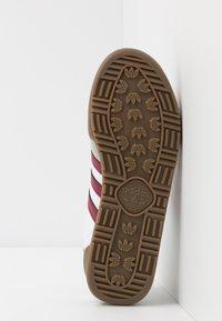 adidas Originals - JEANS UNISEX - Trainers - footwear white/collegiate burgundy - 6