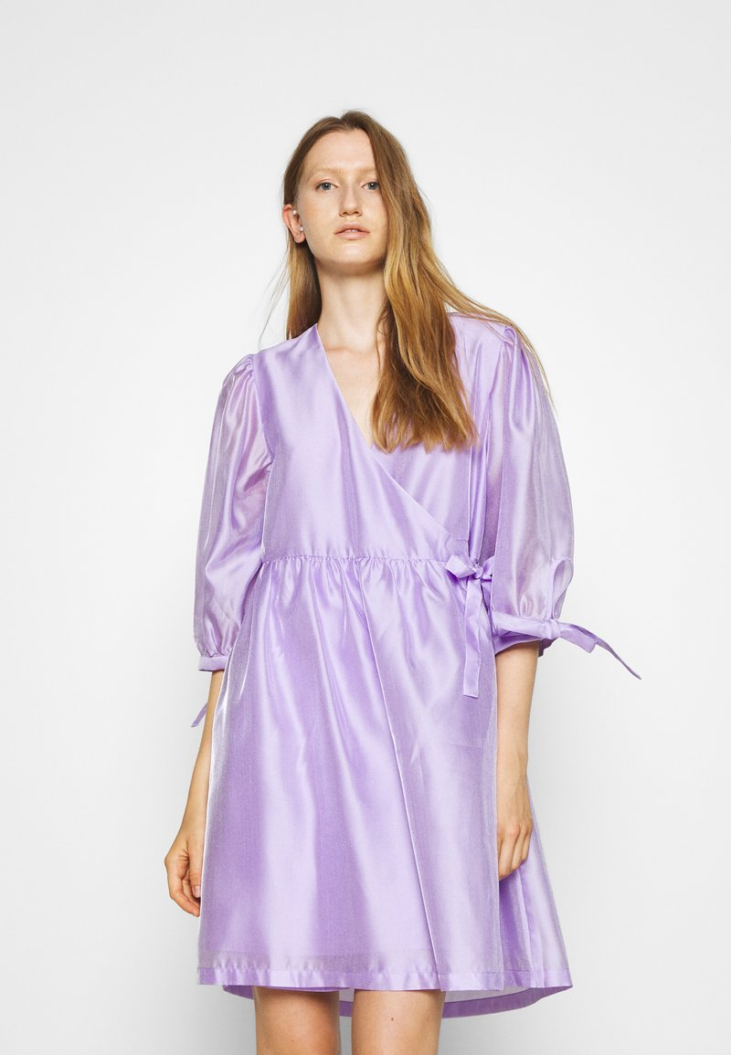 DESIGNERS REMIX - ENOLA WRAP DRESS - Robe d'été - lavender