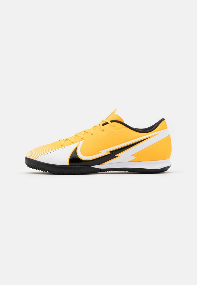 MERCURIAL VAPOR 13 ACADEMY IC - Fußballschuh Halle - laser orange/black/white