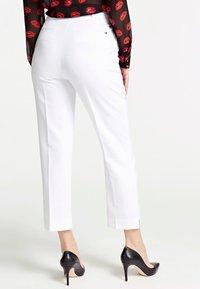 Guess - GUESS HOSE SLIM FIT - Trousers - weiß - 2