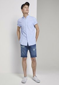 TOM TAILOR DENIM - TOM TAILOR DENIM BLUSEN & SHIRTS STRUKTURIERTES KURZARMHEMD MIT  - Shirt - light blue slub stripe - 1