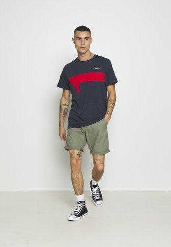 LOIC CHINO SHORT - Shorts - compact bitt canvas rfd - lt orphus gd