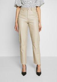 Selected Femme Tall - SLFNOLA CROPPED PANTS - Pantalon classique - silver - 0