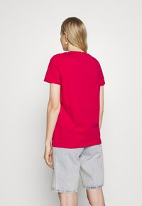 Tommy Hilfiger - CREW NECK GRAPHIC TEE - Printtipaita - ruby jewel - 2