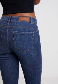 Vero Moda - VMSEVEN SHAPE UP - Jeans Skinny Fit - dark blue denim - 4
