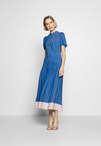 N°21 - Denní šaty - cielo - 0