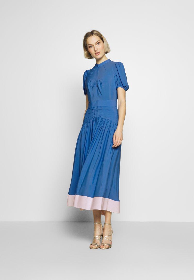 N°21 - Denní šaty - cielo