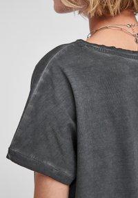 QS by s.Oliver - Print T-shirt - black placed print - 5