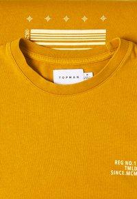 Topman - UNISEX WASHED TEE - Print T-shirt - mustard - 2