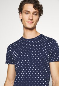 Scotch & Soda - ALLOVER PRINTED TEE - T-shirt print - dark blue/white - 3